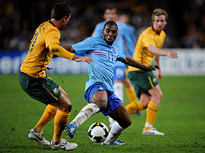 Australia's Harry Kewell (left) competes for the ball with Eljero Elia of the Netherlands during the Socceroos v Netherlands soccer match at the Sydney Football Stadium in Sydney, Oct. 10, 2009. The teams drew 0-0. AAP Image/Paul Miller
