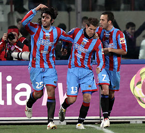 Catania's players from left, Jorge Martinez, of Uruguay, Mariano Izco, of Argentina, and Giuseppe Mascara celebrate. AP Photo/Francesco Pecoraro