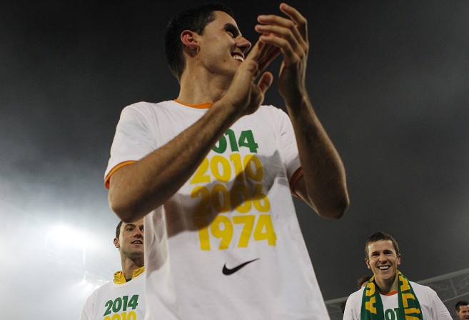Tomas Rogic of the Socceroos takes a victory lap with his team mates. (Photo: Paul Barkley/LookPro)