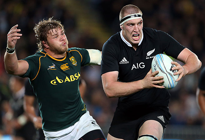 Duane Vermeulen of South Africa (L) tries to tackie Brodie Retallick of New Zealand (R) during the Rugby Championship Test rugby union match between the New Zealand All Blacks and South Africa Springboks at Eden Park in Auckland on September 14, 2013. New Zealand won 29-15. AFP PHOTO / Michael Bradley