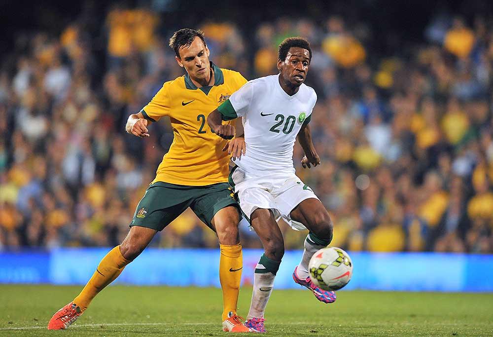 Saudi Arabia's defender Mukhtar Fallatah (R) vies with Australia's defender Trent Sainsbury
