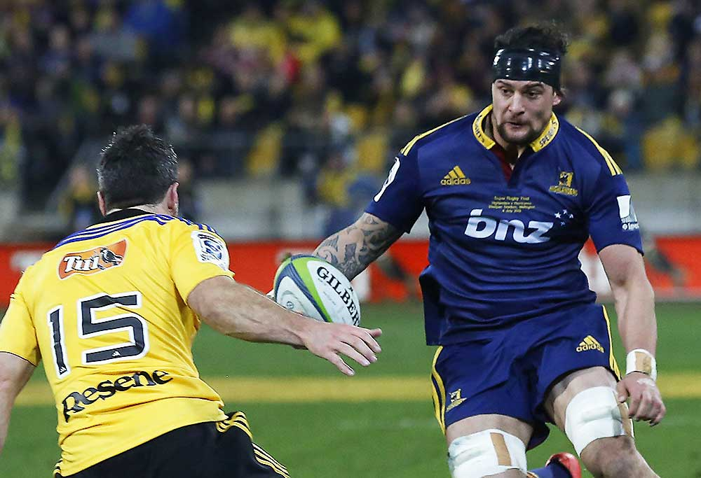 Highlanders Elliot Dixon (C) runs in to score a try